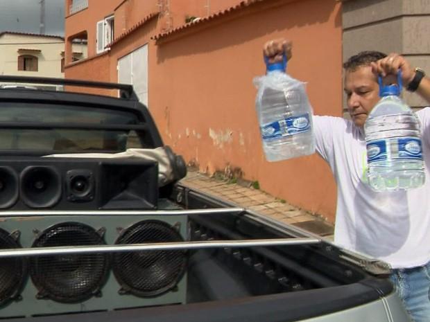 Jornalista passa com carro de som pelas ruas de Elói Mendes pedindo água (Foto: Reprodução EPTV)