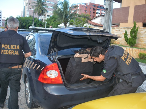 Documentos foram apreendidos durante operação da Polícia Federal em João Pessoa (Foto: Walter Paparazzo/G1)
