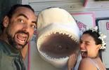 Isis Valverde é desafiada a nadar com tubarões nas Bahamas