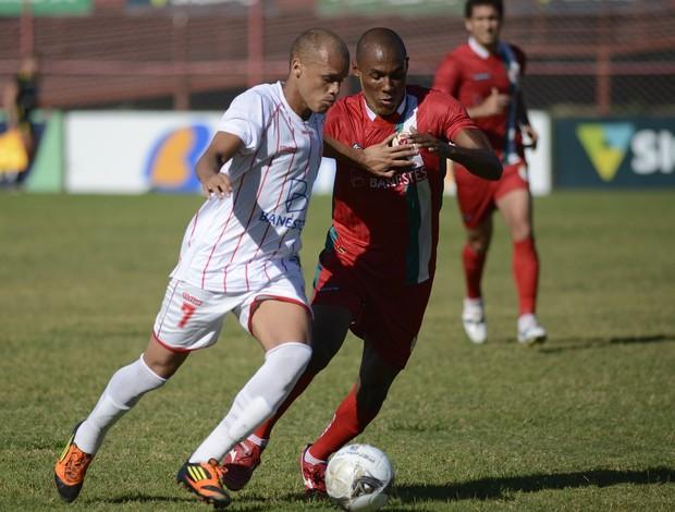 Pink (Cachoeiro)e Robert (Real Noroeste) disputam a bola no meio de campo (Foto: Chico Guedes/A Gazeta)