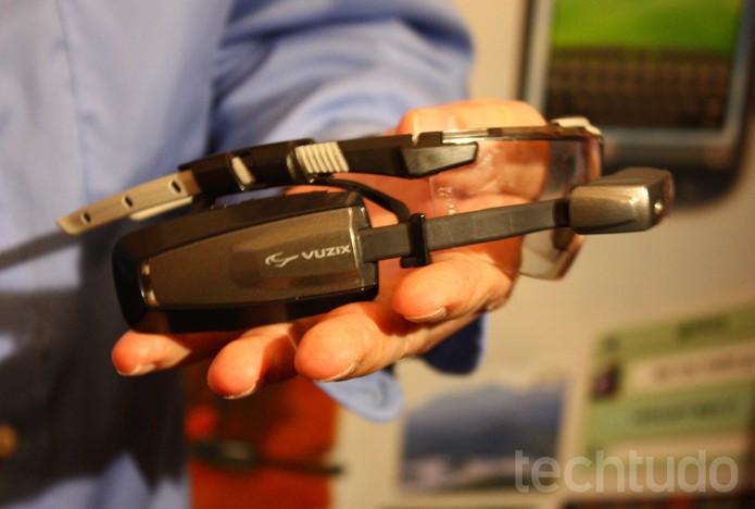 Vuzix, provável concorrente do Google Glass, é destaque no MWC (Foto: Allan Melo / TechTudo)