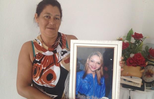 Seir mostra foto da filha, Shayda, encontrada morta em Jaraguá (Foto: Fernanda Borges/G1)