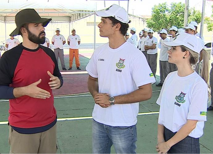 Brucce e Manu conversaram com os instrutores dos cursos (Foto: Reprodução/TV Sergipe)