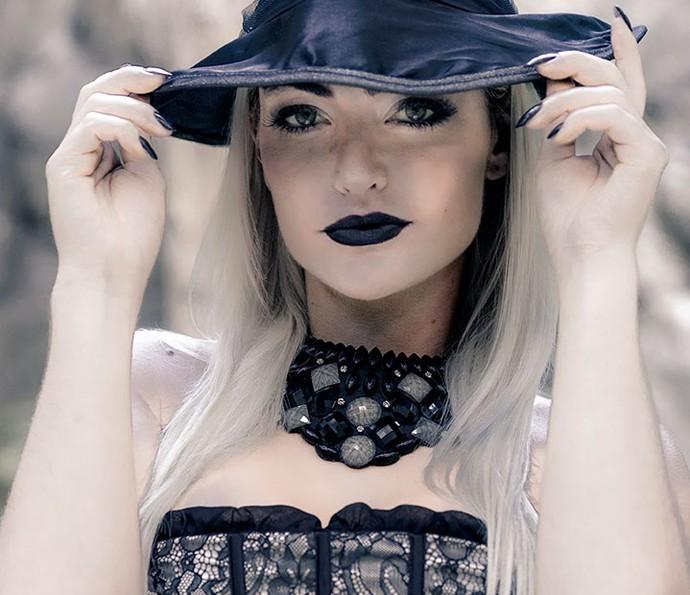 A atriz também arrasa na make: batom preto e olhos marcados (Foto: Ellen Soares/ Gshow)