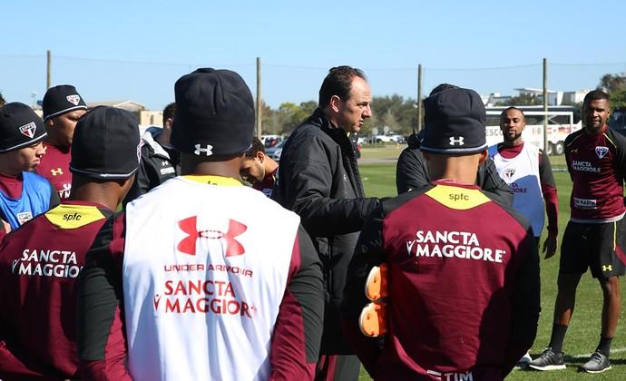 Ceni conversa com jogadores do São Paulo nos Estados Unidos (Foto: Érico Leonan / saopaulofc.net)