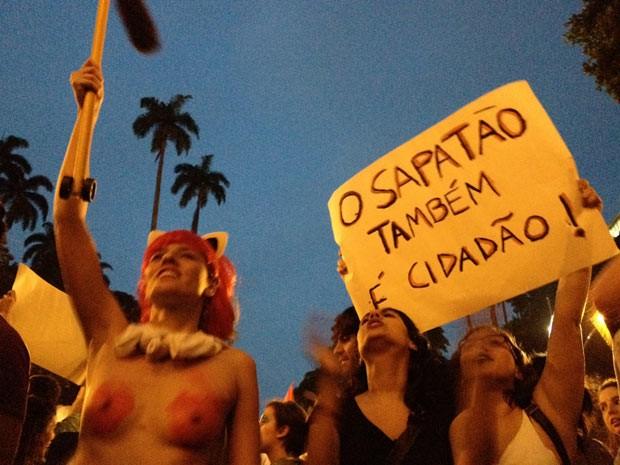 Atrizes protestaram contra a repressão da Igreja Católica em temas ligados à sexualidade (Foto: Gabriel Barreira/G1)