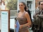 Isis Valverde usa visual elegante em inauguração de shopping no Rio