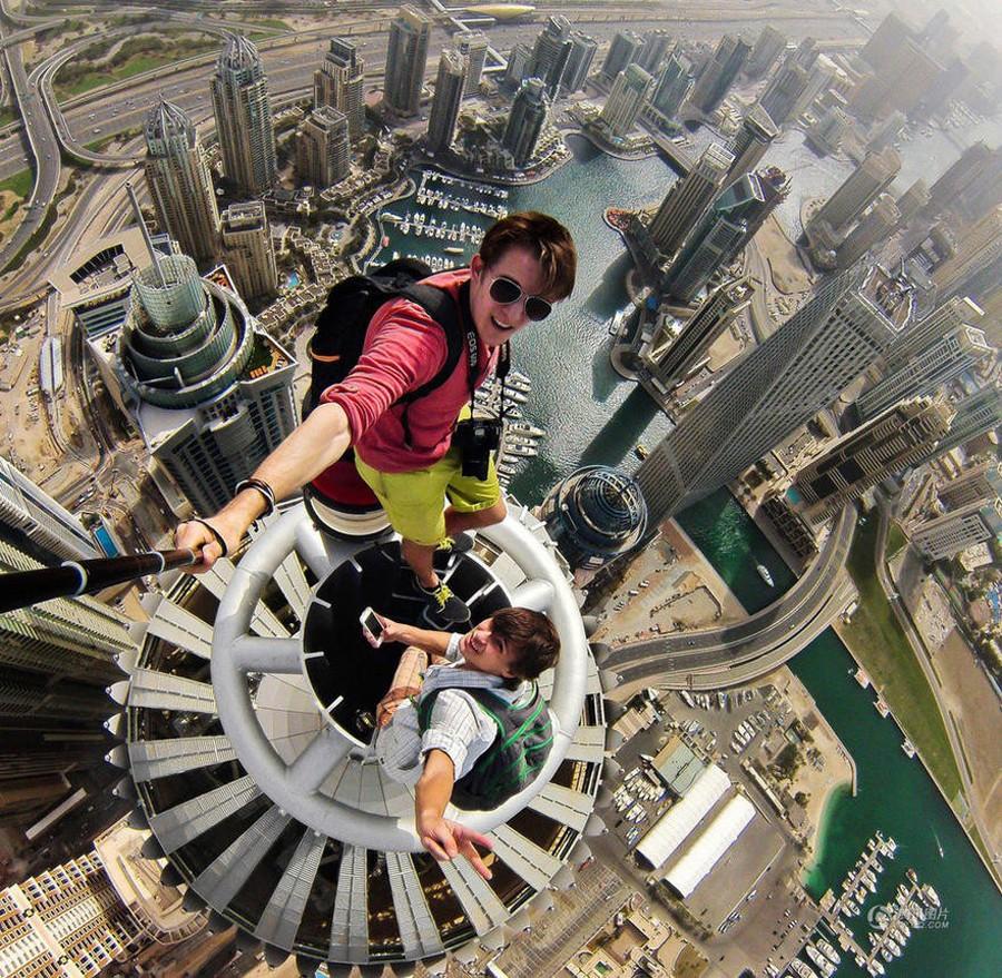 Russos fazendo uma selfie em Dubai (Foto: Alexander Remnev)
