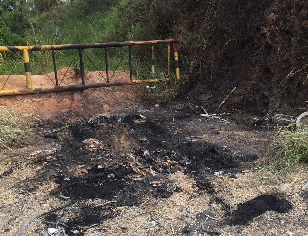 Empresário de 47 anos é morto enforcado após sequestro em Caçapava; carro dele foi queimado após a ação (Foto: Michelle Sampaio/ TV Vanguarda)