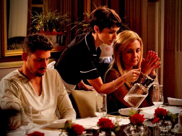 Carminha avisa que precisará da ajuda de Nina para abrir as portas da mansão aos pobres (Foto: Avenida Brasil / TV Globo)