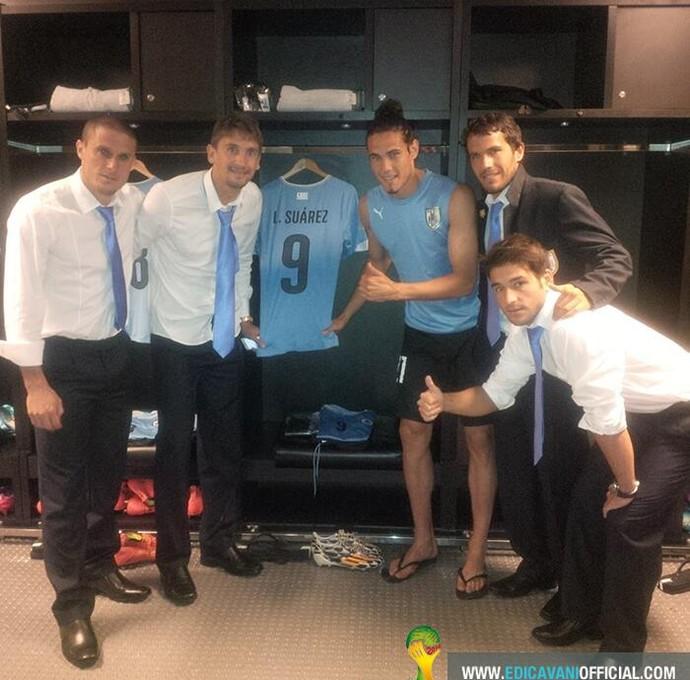 Cavani posa ao lado da camisa de Suárez no vestiário do Maracanã (Foto: Reprodução/Twitter)