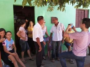 Manoel Romão foi recebido com alegria pela família (Foto: Sílvio Vieira / Cliquepiripiri)