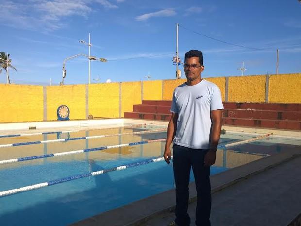 Ricardo Henrique na piscina de treinamento dos salva-vidas, na praia de Patamares.  (Foto: Denise Paixão/ Do G1 BA)
