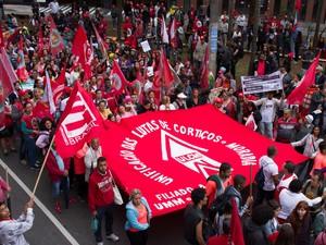 Manifestantes na concentração do protesto Grito dos Excluídos, contrário ao presidente Michel Temer, na Praça Osvaldo Cruz, em São Paulo (Foto: Kevin David/A7 Press/Estadão Conteúdo)