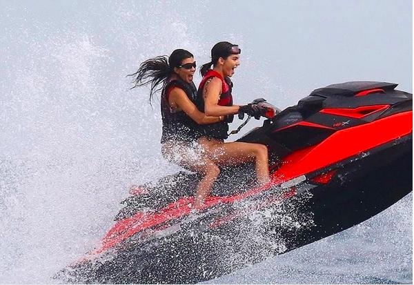 A celebrida de Kourtney Kardashian em passeio de jet ski com a irmã Kendall Jenner (Foto: Instagram)