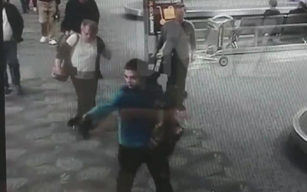 Atirador Esteban Santiago dispara no aeroporto de Fort Lauderdale (Foto: Reprodução / TMZ)