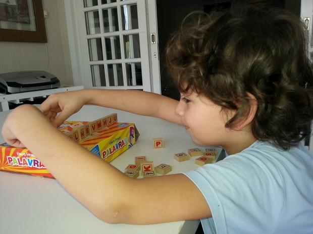 O garoto Allan, que é portador autismo, desenvolveu a fala e outras habilidades com ajuda dos brinquedos educativos (Foto: Leticia Sthefane Roriz Ernica/Arquivo Pessoal)