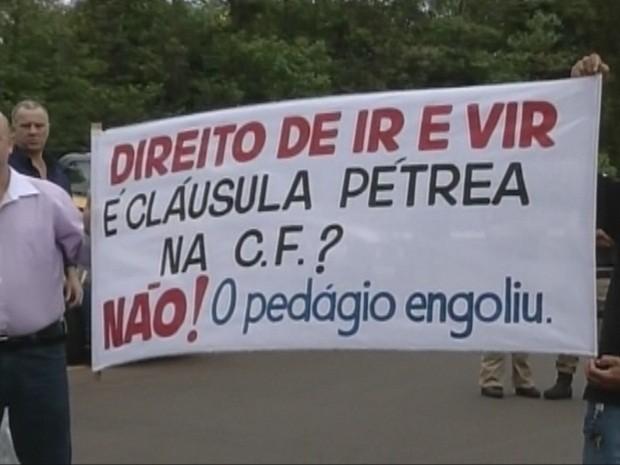 Manifestantes levaram faixas e cartazes (Foto: Reprodução TV Tem)