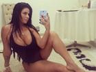 Solange Gomes sensualiza de maiô decotado e posta desabafo
