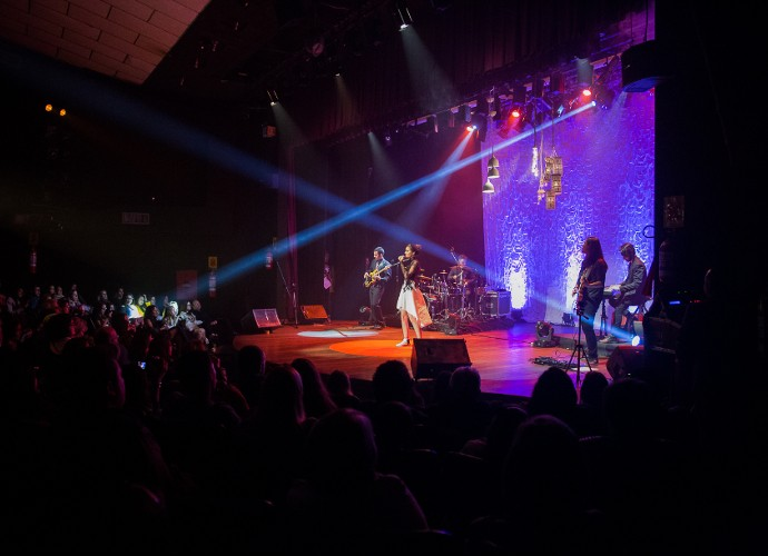Cantora falou da emoção de se apresentar com amigos e familiares na plateia (Foto: Vinícius Vargas/ Divulgação Assessoria Vicky Valentim)