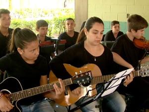 Alunos melhoraram concentração após musicalização (Foto: Rodrigo Sargaço/ EPTV)
