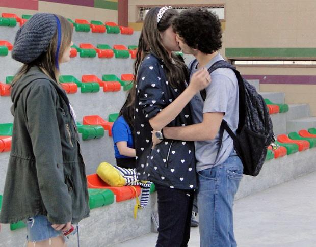 Dinho surpreende e beija Ju no colégio na frente dos colegas da turma (Foto: Malhação / TV Globo)