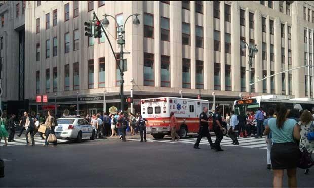 Imagem divulgada no Twitter de NYCphotos mostra ambulância em frente ao local do ataque, em Nova york (Foto: Reprodução)