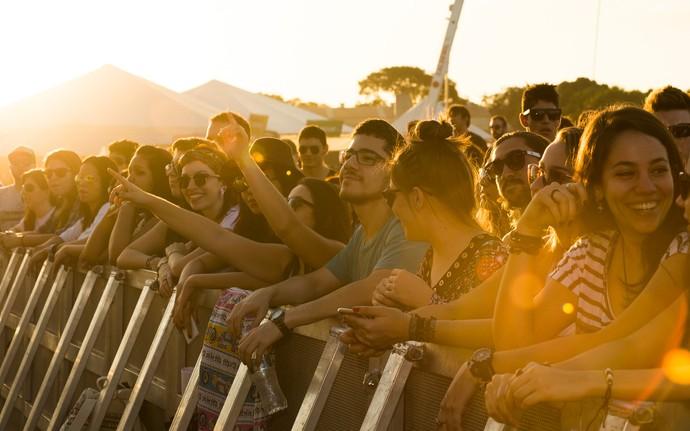 Fãs se apertam na grade para curtir atrações do João Rock de perto (Foto: Érico Andrade/G1)