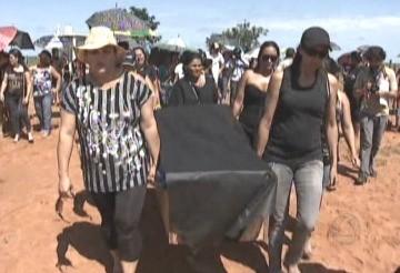 Manifestantes levaram caixão até o cemitério (Foto: Reprodução/TVCA)