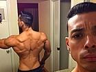 Felipe Franco faz selfie no espelho para mostrar as costas musculosas
