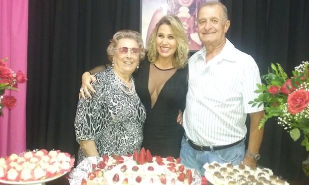 Andréia Sorvetão e a família (Foto: Guimarães Assessoria / Divulgação)