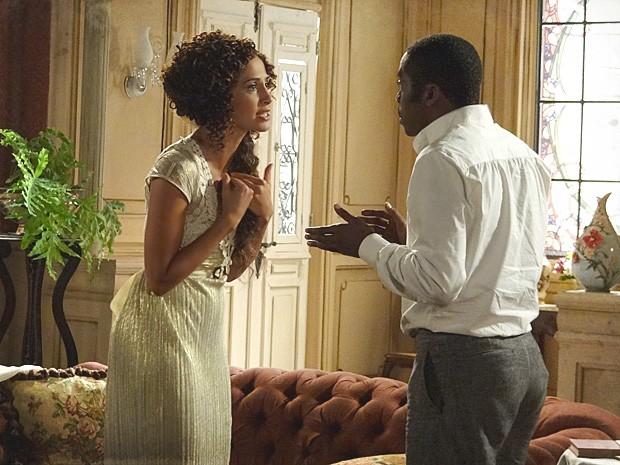 Isabel implora para que ele assuma Elias como filho e fuja com eles (Foto: Lado a Lado / TV Globo)