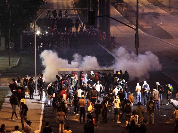 22/06 - Manifestantes (abaixo) montam barricada durante enfrentamento com a Polícia Militar neste sábado, em Belo Horizonte (Foto: Alexandre C. Mota/Reuters)
