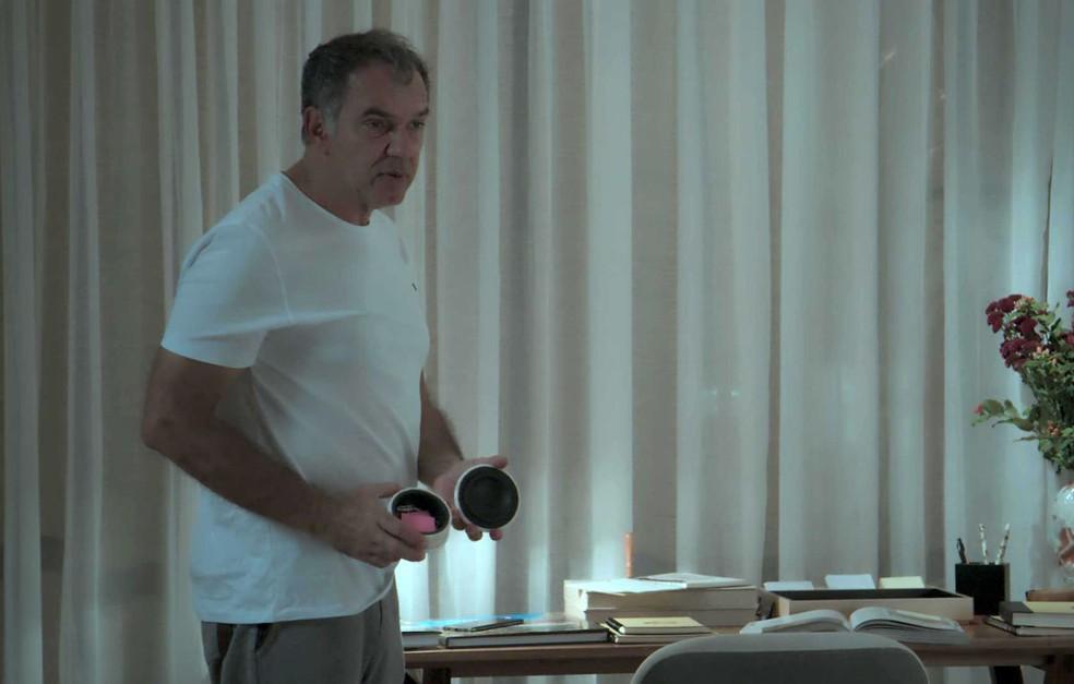 O empresário vai até o local onde a esposa indicou, mas não acha a chave  (Foto: TV Globo)