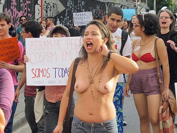 Grupo desceu a Rua Augusta para encerrar Marcha das Vadias na Praça Roosvelt (Foto: Julia Basso Viana/G1)