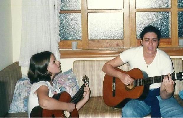 Carina com 10 anos, com a tia Mônica que a incentivou a cantar e deu seu primeiro violão (Foto: Arquivo Pessoal)