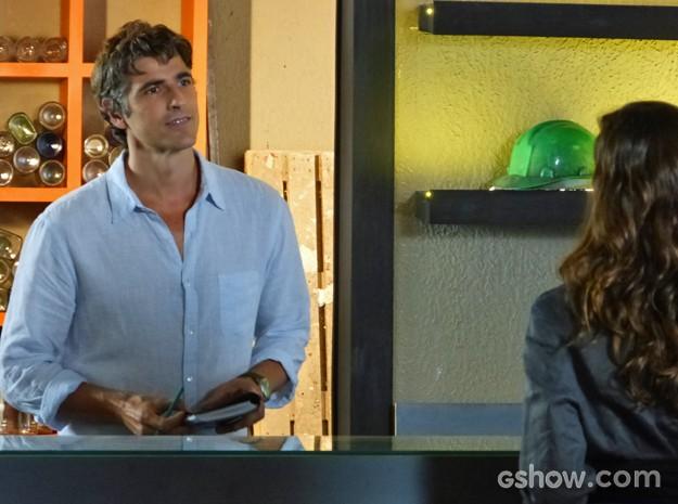 Cadu não faz questão de ser gentil e trata Marina com ironia (Foto: Em Família/ TV Globo)