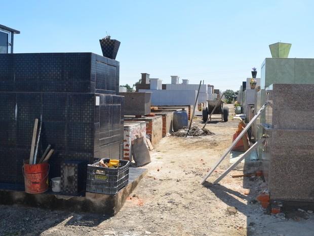 Manutenção e reforma de túmulos começaram no dia 30 de março em Piracicaba (Foto: Claudia Assencio/G1)