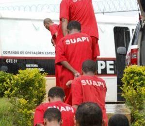 Presos chegam na nova prisão (Foto: Divulgação/SEDS)