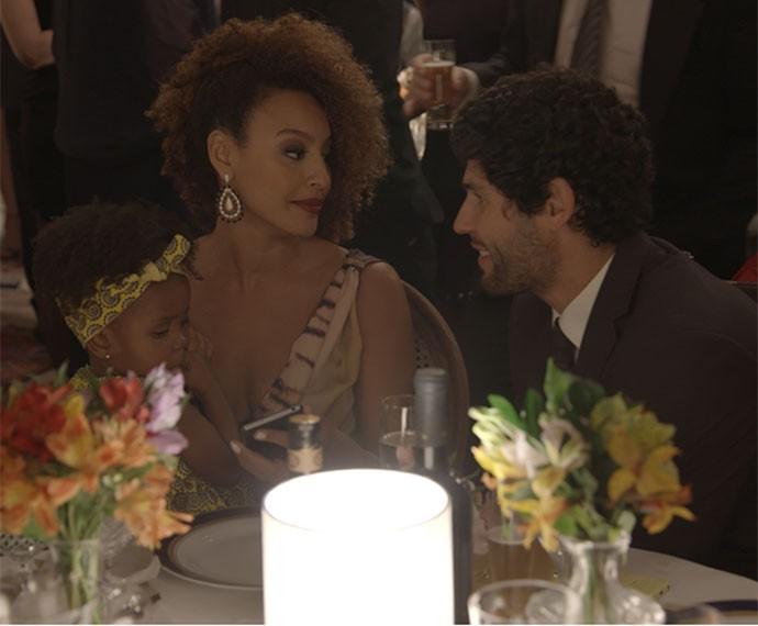 Paula e Bento reatam o relacionamento (Foto: TV Globo)