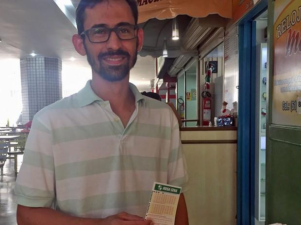 O engenheiro Neldon Ancelmo, de 33 anos, segura jogo de Mega-Sena em lotérica, no Distrito  Federal (Foto: Jéssica Nascimento/G1)