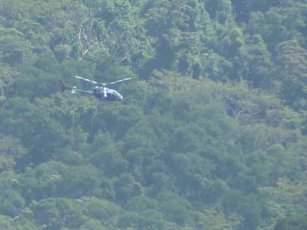 Helicóptero Águia da PM atua nas buscas aos criminosos em Caraguatatuba. (Foto: Reprodução/TV Vanguarda)