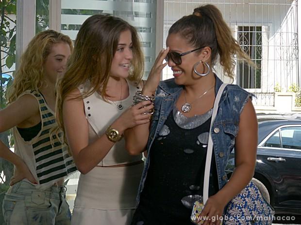 Flaviana fica alucinada quando vê Babette e já chega junto (Foto: Malhação / TV Globo)
