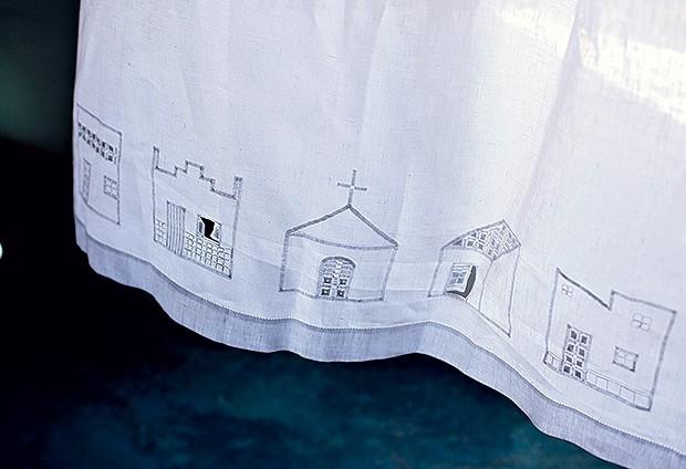 Cortina | Repare no detalhe das janelas e portas bordadas: elas abrem    conforme a movimentação do tecido (Foto: Kiko Ferrite/ Divulgação)
