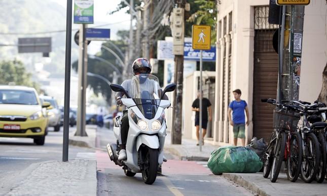 Moto ocupa a ciclofaixa da Rua General Polidoro, em Botafogo: uma das irregularidades comuns nos espaços destinados às bicicletas