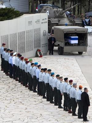 Militares israelenses fazem paredão prestando homenagem diante do caixão de Ariel Sharon (Foto: Ahmad Gharabli/AFP)