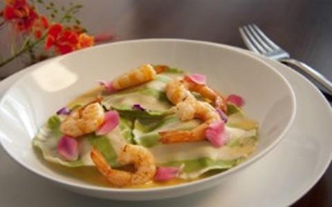 Ravióli de pupunha com camarões e rosas