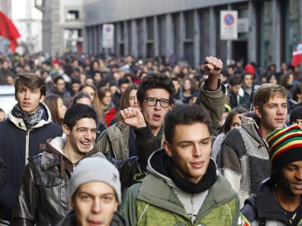 Manifestantes marcham em greve geral contra política econômica na Itália. (Foto: AP/Luca Bruno)