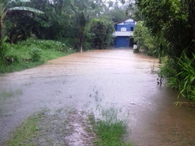 Bairro Caruara, na Área Continental de Santos, também sofreu com alagamentos (Foto: G1)