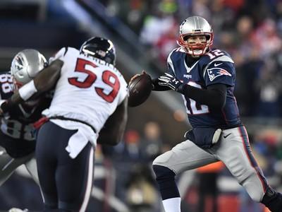 O quarterback do New England Patriots Tom Brady se protege da marcação adversária,  pressionado pelo outside linebacker Whitney Mercilus, do Houston Texans  (Foto:  James Lang-USA TODAY Sports)